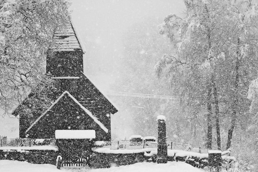 Holdhus kyrkje i snø